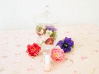 花の瓶とマニキュアとジュエリー