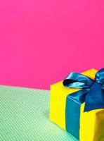 青いリボンをつけたプレゼント 24036000065A| 写真素材・ストックフォト・画像・イラスト素材|アマナイメージズ