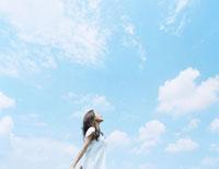 青空の下でリラックスする女性 24037000045| 写真素材・ストックフォト・画像・イラスト素材|アマナイメージズ