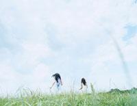 芝の上で追いかけっこをする女性 24037000058| 写真素材・ストックフォト・画像・イラスト素材|アマナイメージズ