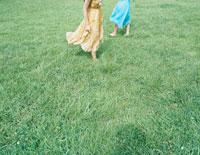 芝の上を裸足で散歩する女性 24037000067| 写真素材・ストックフォト・画像・イラスト素材|アマナイメージズ