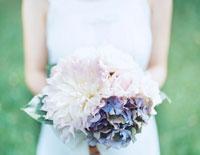 花束を持った女性の手元