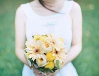 花束を持った女性