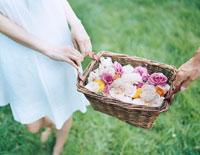 薔薇が入ったバスケットを運ぶカップル