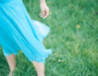 芝の上を裸足で歩く女性の足元 24037000079| 写真素材・ストックフォト・画像・イラスト素材|アマナイメージズ