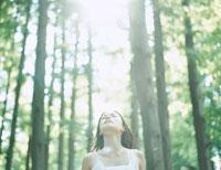森林浴をする女性 24037000081| 写真素材・ストックフォト・画像・イラスト素材|アマナイメージズ