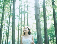 森林浴をする女性 24037000083| 写真素材・ストックフォト・画像・イラスト素材|アマナイメージズ