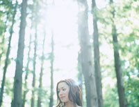 森林浴をする女性 24037000085| 写真素材・ストックフォト・画像・イラスト素材|アマナイメージズ