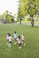手を繋いで回る子供たち 24038000239| 写真素材・ストックフォト・画像・イラスト素材|アマナイメージズ