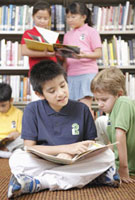 図書館で本を読む子供たち
