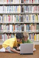 図書館でパソコンをする子供たち 24038000339| 写真素材・ストックフォト・画像・イラスト素材|アマナイメージズ