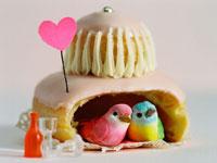 お菓子の家の中にいる二羽の鳥