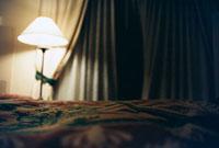 ランプの灯りで照らされたホテルの部屋