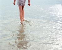 浅瀬を歩く女の子 24507000029| 写真素材・ストックフォト・画像・イラスト素材|アマナイメージズ
