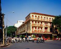 ドンコイ通りとコンチネンタルホテル 25011004156| 写真素材・ストックフォト・画像・イラスト素材|アマナイメージズ