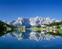 ミズリーナ湖と山々
