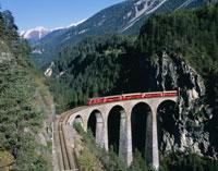 ランドヴァッサー橋と電車 25011008013| 写真素材・ストックフォト・画像・イラスト素材|アマナイメージズ
