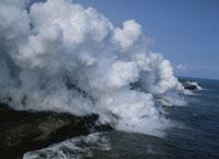 海に落ちるキラウェア火山の溶岩