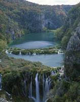 秋のプリトヴィツェ国立公園 25023065445| 写真素材・ストックフォト・画像・イラスト素材|アマナイメージズ