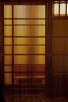祇園の格子と灯り 25023067485  写真素材・ストックフォト・画像・イラスト素材 アマナイメージズ