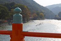 朝霧橋と宇治川 25023074210| 写真素材・ストックフォト・画像・イラスト素材|アマナイメージズ