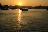 ハロン湾 夕日 25023074660| 写真素材・ストックフォト・画像・イラスト素材|アマナイメージズ