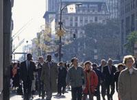 逆光の五番街と通行人 25026011695| 写真素材・ストックフォト・画像・イラスト素材|アマナイメージズ
