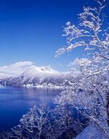 冬の摩周湖 25041014517| 写真素材・ストックフォト・画像・イラスト素材|アマナイメージズ
