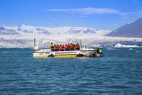 ヨークルサルロン氷河湖クルーズ 25041035996| 写真素材・ストックフォト・画像・イラスト素材|アマナイメージズ