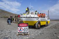 ヨークルサルロン氷河湖の水陸両用車 25041036051| 写真素材・ストックフォト・画像・イラスト素材|アマナイメージズ