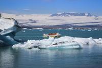 ヨークルサルロン氷河湖クルーズ 25041036055| 写真素材・ストックフォト・画像・イラスト素材|アマナイメージズ