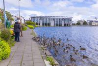 チョルトニン湖と市庁舎  25041036102| 写真素材・ストックフォト・画像・イラスト素材|アマナイメージズ