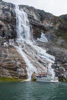 エキップ氷河クルーズ途中の滝 25041036126  写真素材・ストックフォト・画像・イラスト素材 アマナイメージズ