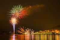 洞爺湖の花火 25041036202| 写真素材・ストックフォト・画像・イラスト素材|アマナイメージズ