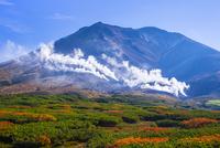 噴煙上げる旭岳 25041036216| 写真素材・ストックフォト・画像・イラスト素材|アマナイメージズ