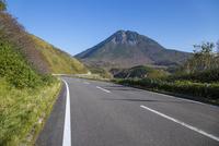 知床横断道路と羅臼岳 25041036290| 写真素材・ストックフォト・画像・イラスト素材|アマナイメージズ