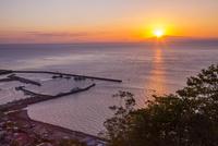 朝の国後島と羅臼港