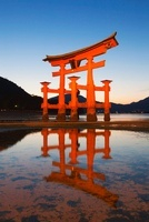厳島神社の大鳥居夕景 25053009317| 写真素材・ストックフォト・画像・イラスト素材|アマナイメージズ