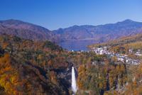 華厳滝と中禅寺湖 25053012730| 写真素材・ストックフォト・画像・イラスト素材|アマナイメージズ