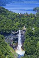 華厳の滝と中禅寺湖 25053017323  写真素材・ストックフォト・画像・イラスト素材 アマナイメージズ