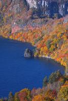 紅葉の十和田湖 25053017832| 写真素材・ストックフォト・画像・イラスト素材|アマナイメージズ