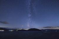十和田湖と天の川 25053017833| 写真素材・ストックフォト・画像・イラスト素材|アマナイメージズ