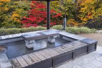 鶯宿温泉の足湯 25053017858| 写真素材・ストックフォト・画像・イラスト素材|アマナイメージズ