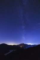 レークラインより望む磐梯山と天の川 25053017890| 写真素材・ストックフォト・画像・イラスト素材|アマナイメージズ