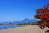紅葉の猪苗代湖と磐梯山