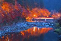 紅葉の香嵐渓夜景 25053018051| 写真素材・ストックフォト・画像・イラスト素材|アマナイメージズ