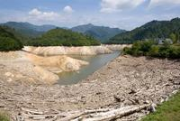 八木沢ダムの渇水状況 25075016030  写真素材・ストックフォト・画像・イラスト素材 アマナイメージズ