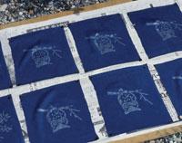 藍染 布を天日に干す