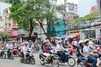 8月革命通りのバイクの車列
