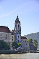 バァッハウ渓谷のドナウ川岸辺の聖堂参事会修道院教会